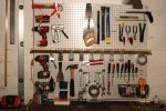 narzędzia wiszące na ścianie